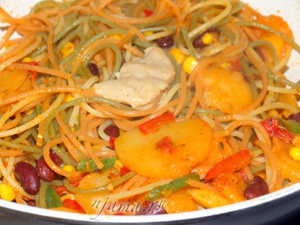 Яркие спагетти с фасолью и овощами