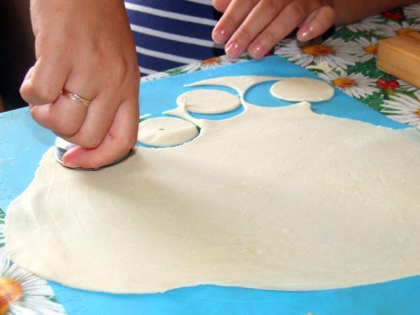 Вырезаем круги из теста для пельменей